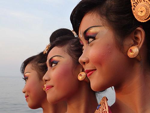 Balinese vrouwen bij een traditioneel dansfestival in Lovina