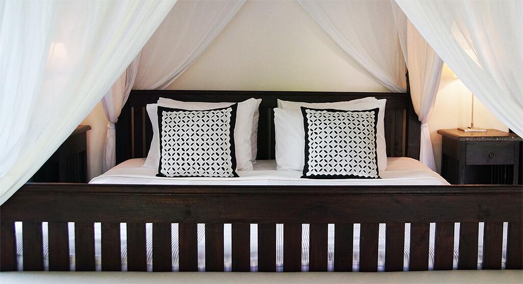 De master bedroom van villa bali breeze. Check de beschikbaarheid.
